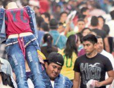 Vendedor ambulante ofrece ropa a transeúntes en el Centro Histórico.