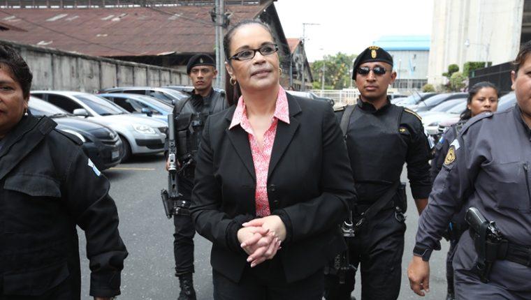 La ex vicepresidenta en las afueras de la Torre de Tribunales, este jueves. (Foto Prensa Libre: Paulo Raquec).