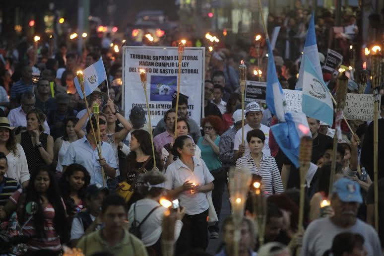 Cientos protestan con antorchas contra la corrupción