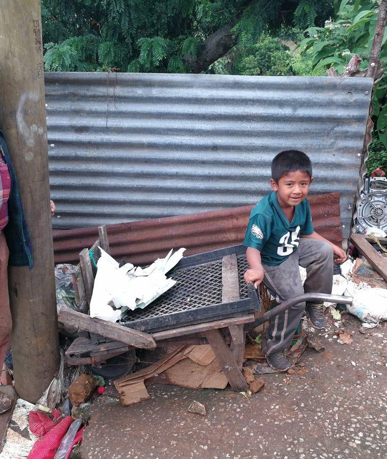 Ubaldo junto a la carreta en la que hace mandados para agenciarse de fondos. (Foto Prensa Libre: Oscar García).