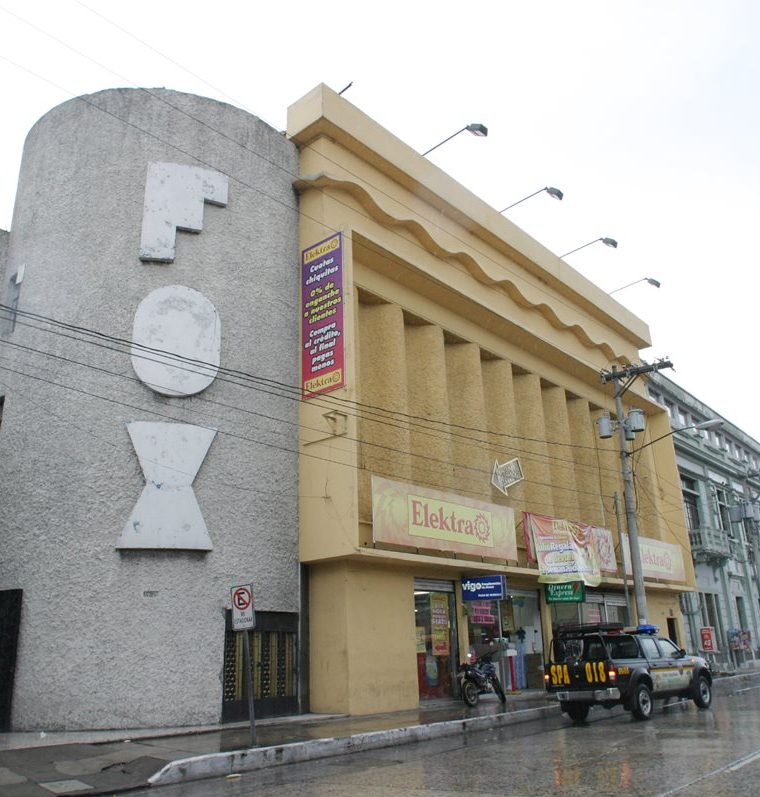 El desaparecido cine Fox, ubicado en la 7a. avenida y 18 calle de la zona 1, hoy es una venta de electrodomésticos. (Foto Prensa Libre: Hemeroteca PL)