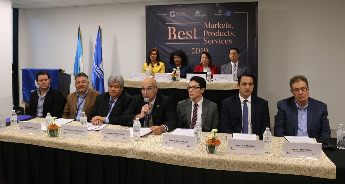 Al centro el director de Agexport, Amador Carballido, acompañado de presidentes de las ferias internacionales que se realizan en Guatemala, quienes exportan productos y servicios a diferentes mercados, así como gerentes de los sectores de exportación. (Foto Prensa Libre: Cortesía)