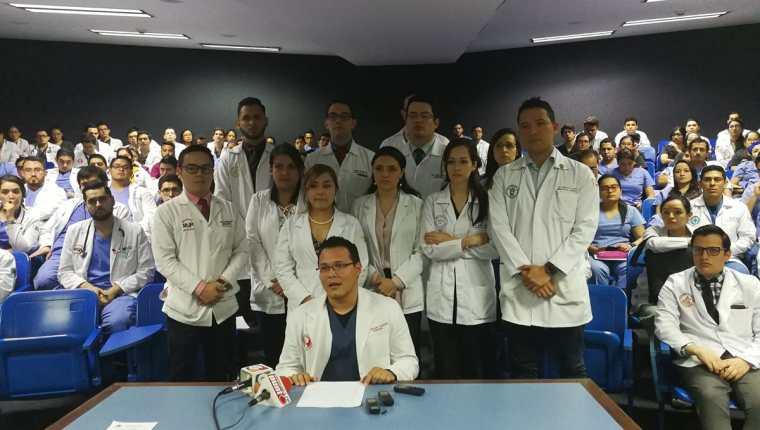 En conferencia de prensa, los médicos residentes del Hospital Roosevelt anunciaron su apoyo al cuerpo activo del nosocomio. (Foto Prensa Libre: Ana Lucía Ola)