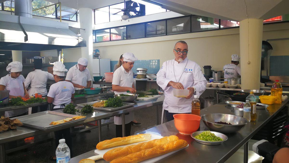 Shaul Ben Aderet ayudó a preparar diferentes platillos tradicionales (Foto Prensa Libre: Ingrid Reyes).