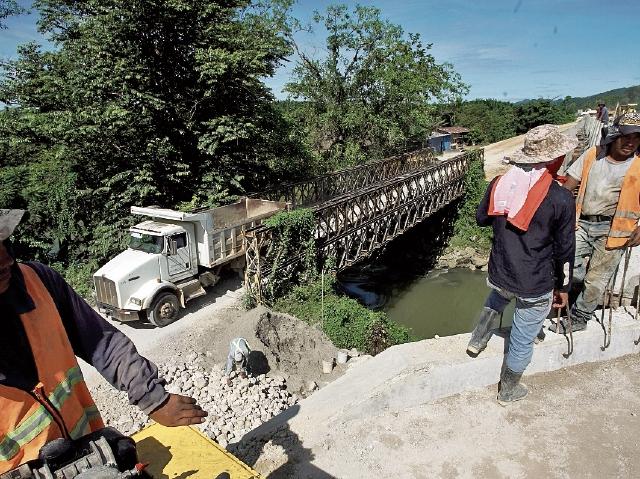 En el primer tramo, que conduce de Mondesto Méndez, Izabal, a Raxruhá, Alta Verapaz, están en construcción los puentes El Soldado —foto— y Sebol. (Foto Prensa Libre: Juan Carlos Rivera)
