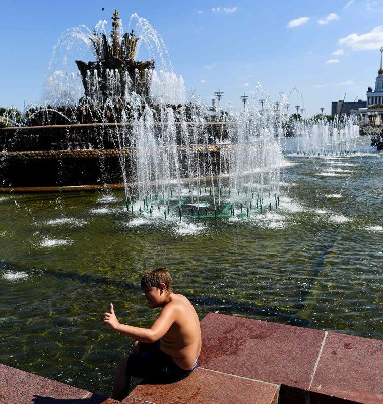 Un niño se refresca en una fuente en el All-Russia Exhibition Centre, con temperaturas de alrededor de 28 grados centígrados en Moscú. Rusia. (AFP)