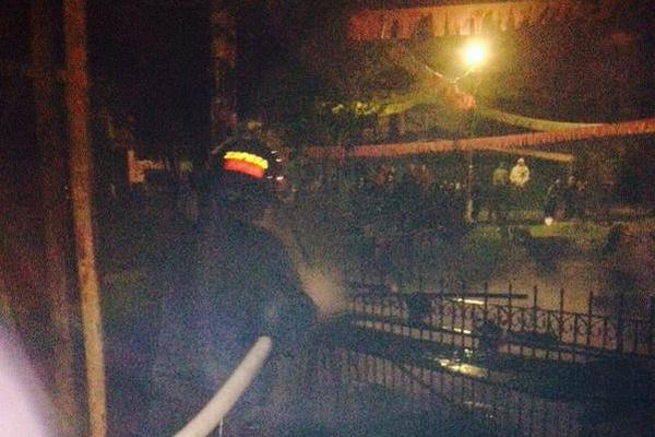 """Bomberos Municipales Departamentales sofocaron el incendio en cinco locales donde se vendían juegos pirotécnicos en el parque central de Chichicastenango, Quiche.<br _mce_bogus=""""1""""/>"""