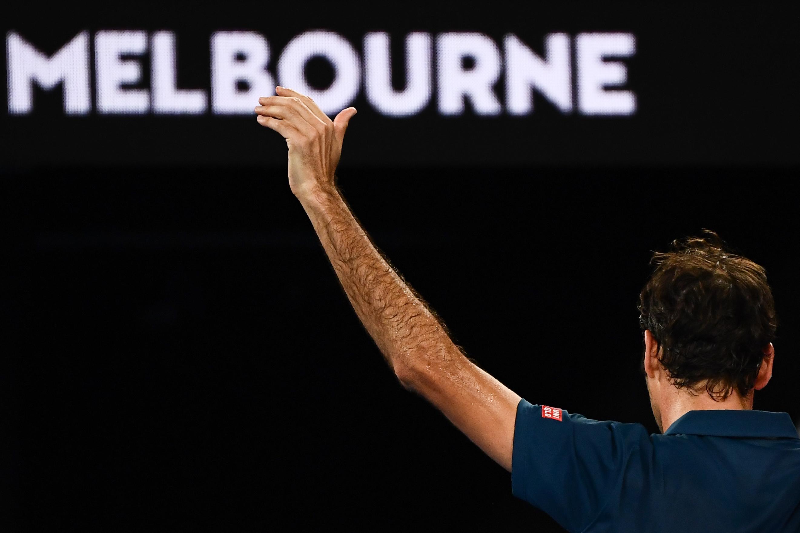 El suizo Roger Federer dice adiós al Abierto de Australia, el vigente campeón queda fuera de competencia. (Foto Prensa Libre: AFP)