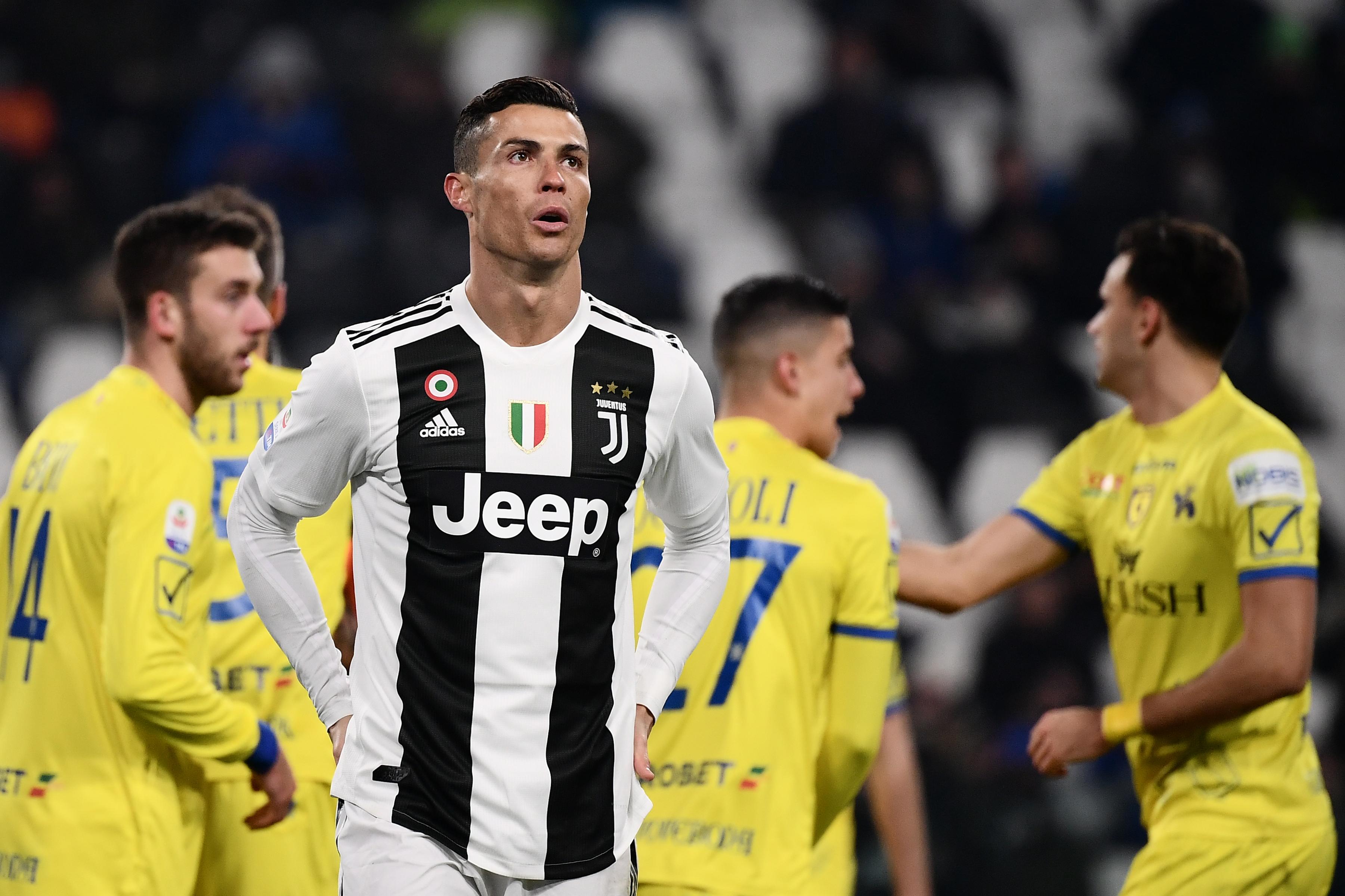 Cristiano Ronaldo se lamenta por haber fallado un penalti en el partido de la Juventus contra el Chievo Verona. (Foto Prensa Libre: AFP)
