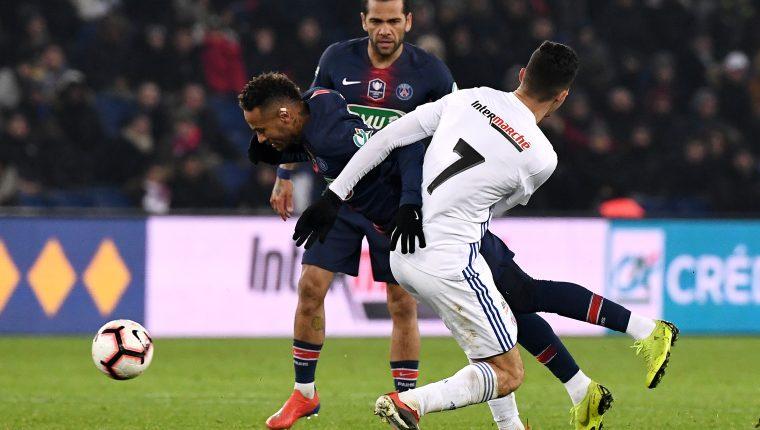 Neymar sufre de una fuerte lesión que lo podría tener fuera de acción dos meses. (Foto Prensa Libre: AFP)