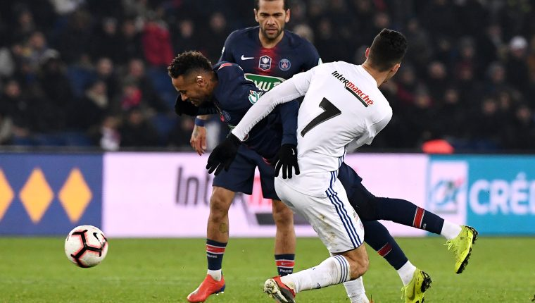Paris Saint-Germain's Brazilian forward Neymar is tackled by Strasbourg's Tunisian midfielder Moataz Zemzemi during the French Cup round of 32 football match between Paris Saint-Germain (PSG) and Strasbourg (RCS) at the Parc des Princes stadium in Paris on January 23, 2019. - Neymar has suffered a fresh injury to his right metatarsal, three weeks ahead of the first leg of PSG's crunch Champions League clash against Manchester United. (Photo by FRANCK FIFE / AFP)