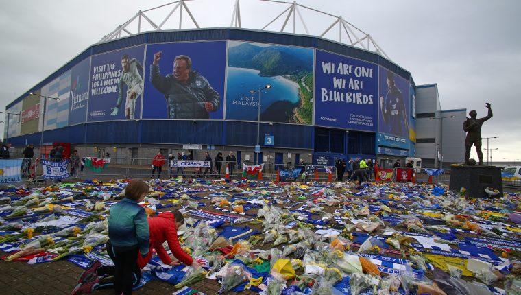 Los aficionados del Cardiff han colocado ofrendas florales a las afueras del estadio de su equipo en honor a Emiliano Sala. (Foto Prensa Libre: AFP)