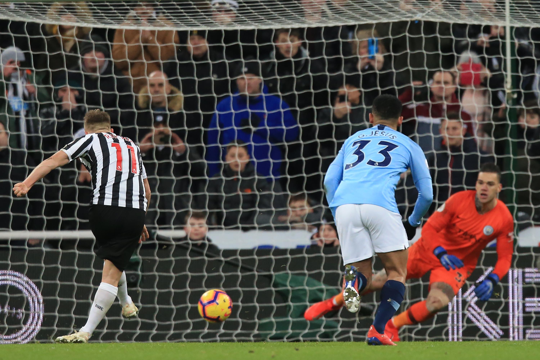 Matt Ritchie anotó de penalti para el Newcastle en la victoria 2-1 contra el Manchester City. (Foto Prensa Libre: AFP)