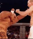 La primera pelea en la historia del UFC fue entre el holandés Gerard Gordeau y el luchado de sumo Teila Tuli. (Foto Prensa Libre: BBC News Mundo)