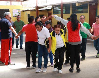Los docentes hicieron juegos y dinámicas con la finalidad de involucrar la actividad física de una forma creativa. (Foto Prensa Libre: Raúl Juárez)