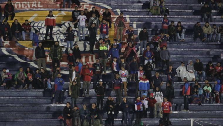 Las tribunas del estadio Mario Camposeco lucieron con pocos aficionados en el último juego de Xela ante Sololá por el Torneo de Copa. (Foto Prensa Libre: Raúl Juárez)