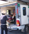 Bomberos brindan atención al menor herido de bala en Sumpango. (Foto Prensa Libre: Víctor Chamalé).