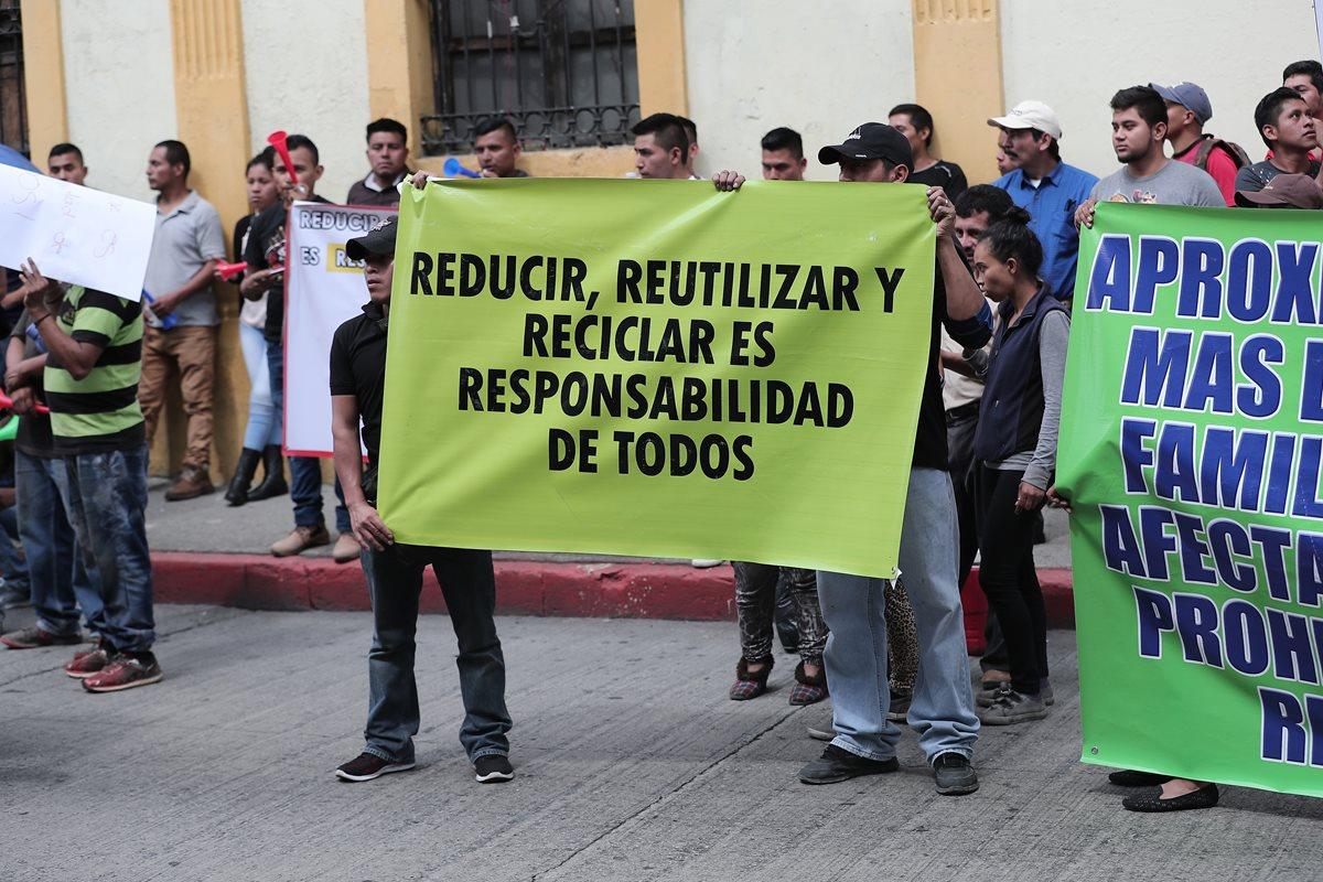 Trabajadores del sector plástico manifestaron frente al Congreso contra la iniciativa de ley. (Foto Prensa Libre: Juan Diego González)
