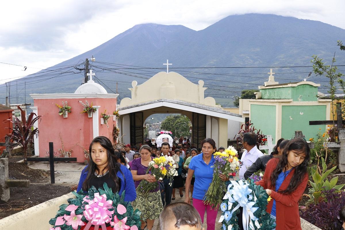 Familiares ingresan al cementerio de Alotenango, Sacatepéquez, en donde sepultan a tres de sus parientes que fueron soterrados por la erupción del Volcán de Fuego, el 3 de junio último (Foto Prensa Libre: Julio Sicán)
