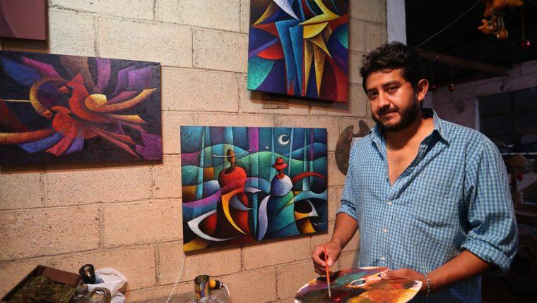Armín García se inspira en el diario vivir de los guatemaltecos para dar vida a cada una de sus obras. (Foto Prensa Libre: César Pérez)