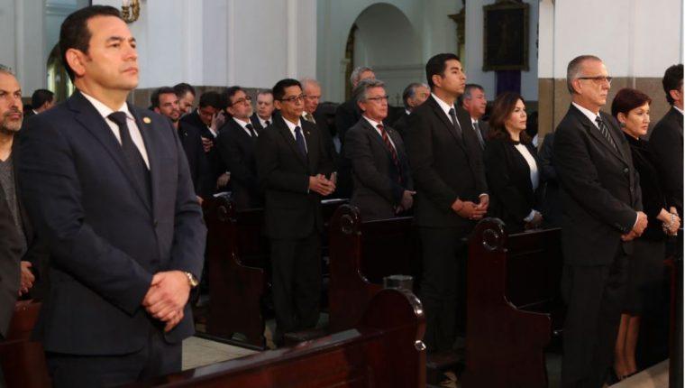 El presidente Jimmy Morales (izquierda) y el comisionado Iván Velásquez, durante la misa exequial del arzobispo Julio Vian. (Foto Prensa Libre: Érick Ávila)