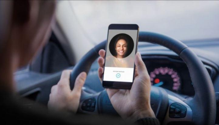 Los investigadores dijeron que los ingresos de socio conductores de Uber y Lyft disminuyeron a medida que más personas se inscribieron para manejar estos servicios. (Foto Prensa Libre: Hemeroteca)