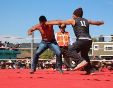 Dos participantes se enfrentan en el cuadrilátero de Chivarreto. (Foto Prensa Libre: Édgar Domínguez)