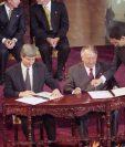 El Gobierno de Guatemala y la URNG firman los acuerdos de paz en diciembre de 1996, luego de 36 años de guerra. En la imagen, Richard Aitkenhead y Jorge Rosal. Foto Prensa Libre: Hemertoteca PL.