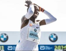El corredor keniata recorrió la distancia a una velocidad superior a los 20 kilómetros por hora. (Foto Prensa Libre: BBC News Mundo)