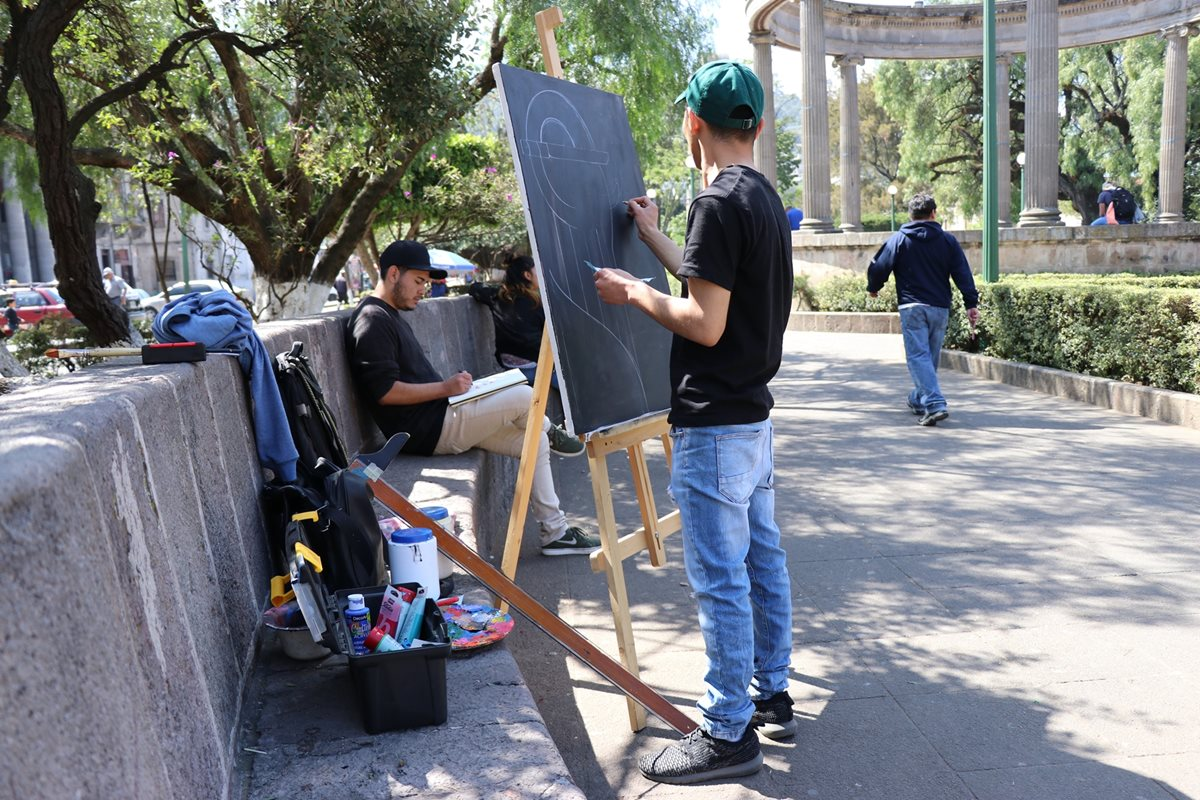 Artistas se colocaron en lugares públicos de Quetzaltenango para demostrar al público como hacen sus obras. (Foto Prensa Libre: María Longo)