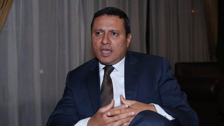 Carlos Raúl Morales Moscoso, exministro de Relaciones Exteriores, explica a Prensa Libre por qué debe resolverse el diferendo. (Foto Prensa Libre: Paulo Raquec)