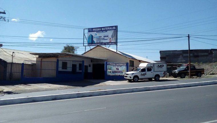 Autoridades recaban evidencias en negocio saqueado en Xela. (Foto Prensa Libre: elQuetzalteco)