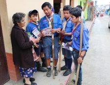 Unos 60 scouts de San Juan Comalapa en Chimaltenango, se unieron a una campaña contra el Aedes aegipti (Foto Prensa Libre: José Rosales)