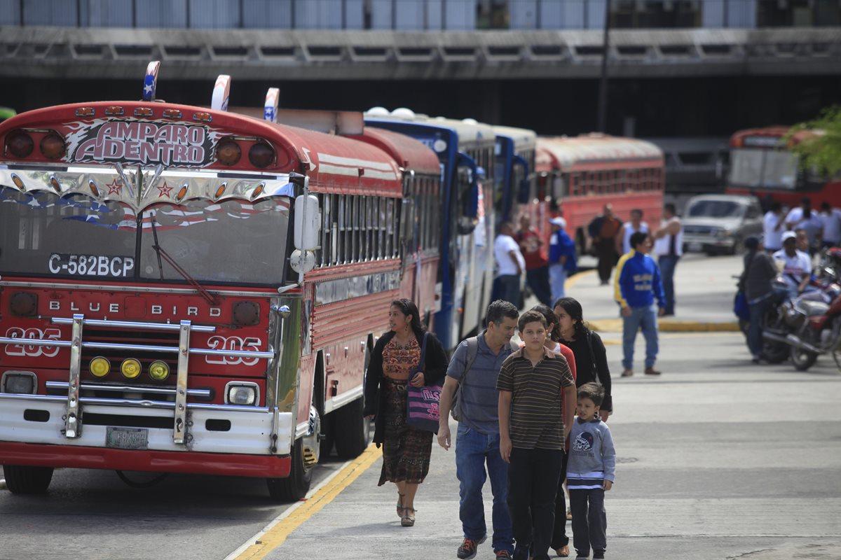 Ayudante de bus extraurbano agrede a usuaria por reclamarle por cobro de pasaje