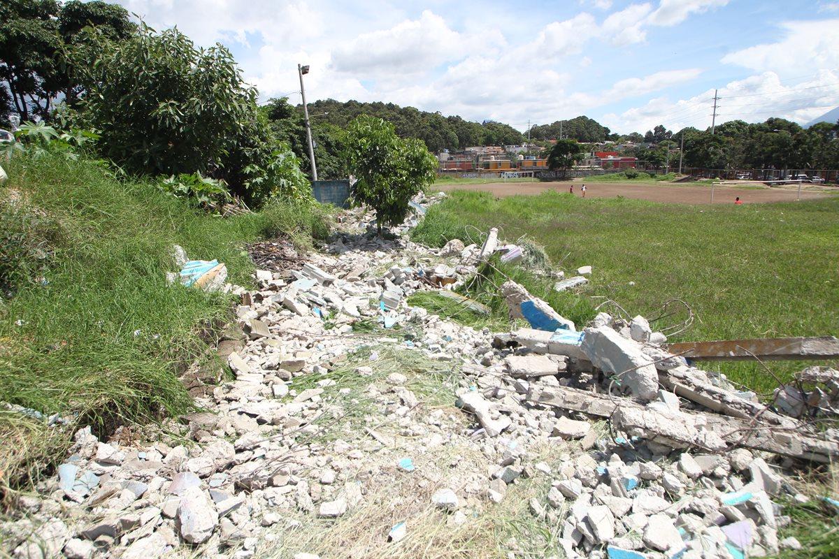 Parte del muro perimetral derribado y que rodea la colonia Eureka. (Foto Prensa Libre: Érick Ávila)