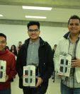 Diseñadores Carlos Lorenzana, José Salguero y Johany Cúmes conformaron el equipo ganador del diseño del emblema de Quetzal-1. (Foto Prensa Libre, cortesía de Víctor Ayerdi).