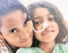 Virmania Argueta, junto a su hija Meilyn Marina, cuando comenzó el tratamiento contra el cáncer, en el 2010. Actualmente la menor tiene 14 años. (Foto Prensa Libre: Cortesía).