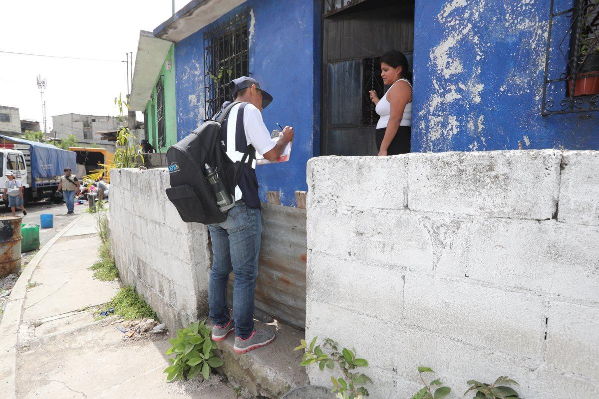 Unos 14 mil censistas recopilan datos en los hogares del país. (Foto Prensa Libre: Érick Ávila)