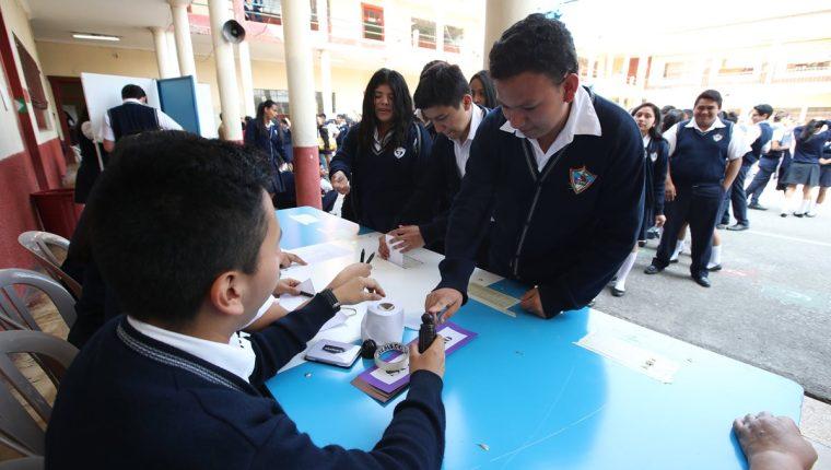 Estudiantes de nivel medio hicieron un simulacro de la consulta popular del 15 de abril. (Foto Prensa Libre: Paulo Raquec)