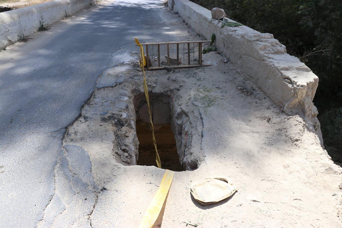 Un agujero sobre el puente que comunica Totonicapán y Quiché afecta a pilotos. (Foto Prensa Libre: Héctor Cordero)