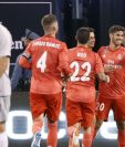 Marco Asensio, del Real Madrid celebra con sus compañeros luego de anotar el primer gol contra la Roma. (Foto Prensa Libre: AFP).