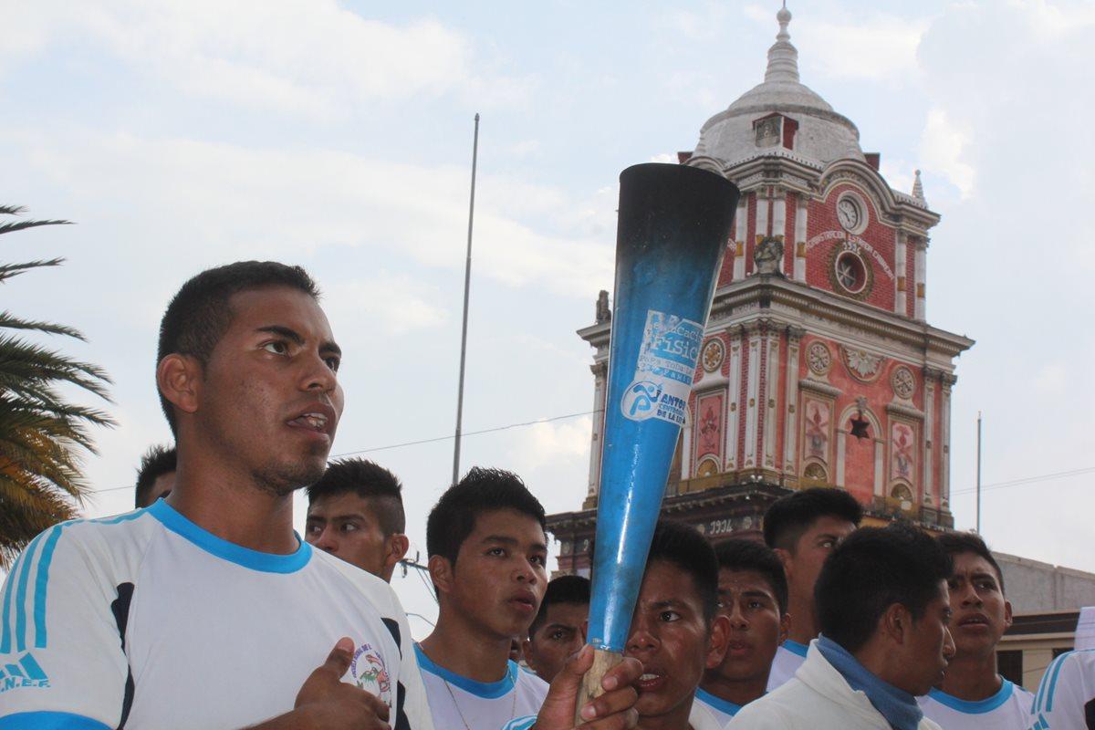 Jóvenes reciben antorcha de independencia en la cabecera de Sololá. (Foto Prensa Libre: Ángel Julajuj)
