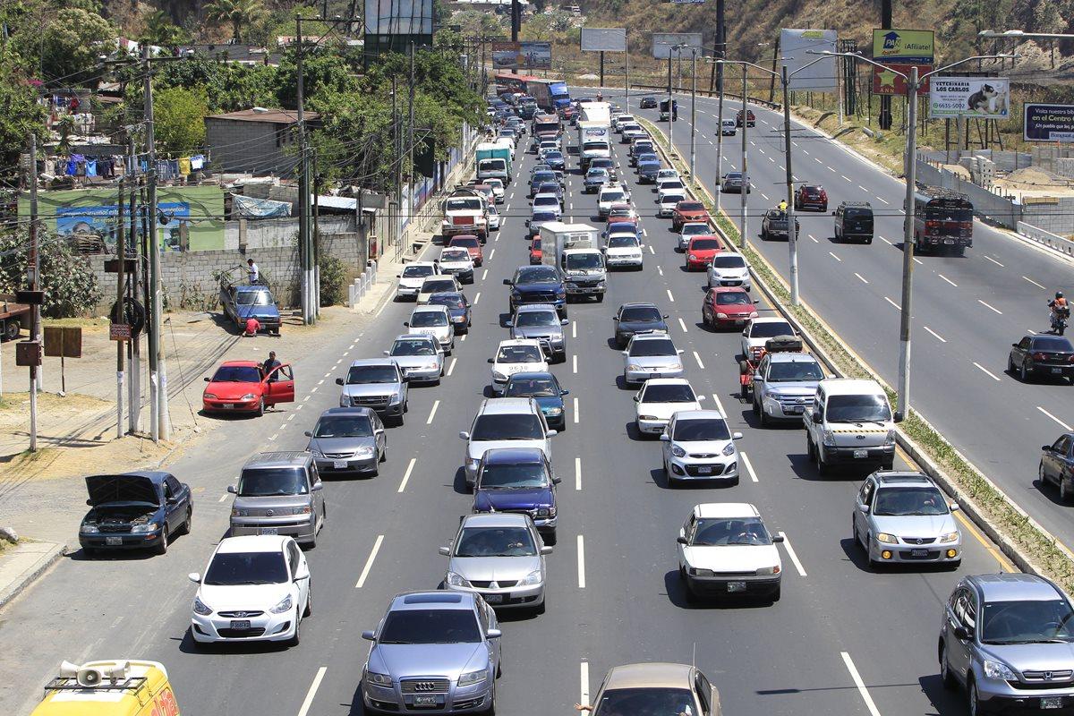 El tránsito en la Ciudad de Guatemala empieza a complicarse, debido a que miles de estudiantes regresan a escuelas, colegios y universidades. (Foto Prensa Libre: Érick Ávila)