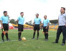 La cuarteta arbitral junto al comisario del partido cumplieron con el protocolo para dictaminar por finalizado el juego por incomparecencia de Quiriguá. (Foto Prensa Libre: Jorge Ovalle)