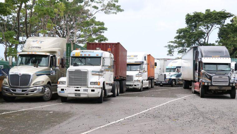 La acción de los vecinos ha perjudicado a decenas de pilotos del transporte pesado. (Foto Prensa Libre: Cristian Ico)