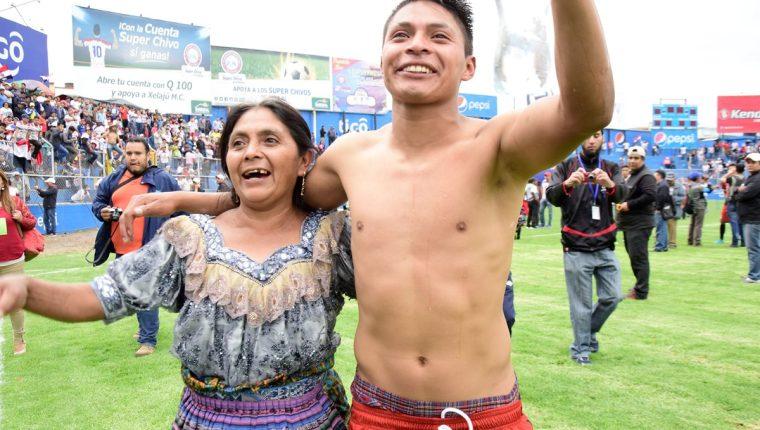 Dominga Ixcoy festeja el ascenso de Quiche FC a Primera División junto a su hijo el goleador quichelense Marcelino Castro. (Foto Prensa Libre: Raúl Juárez)