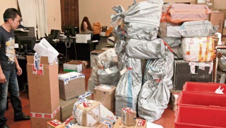 El usuario tiene seis meses para recoger los paquetes o encomiendas en la Dirección de Correos y Telégrafos. (Foto Prensa Libre: Hemeroteca)
