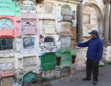 Familiares de difuntos recorren el sector de nichos del Cementerio General de Xela, en el cual ya no hay espacio disponible. (Foto Prensa Libre: Carlos Ventura)
