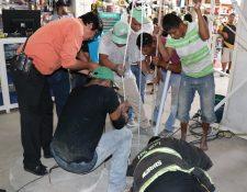 Bomberos Voluntarios rescatan el cadáver del hombre quien se hallaba en el pozo. (Foto Prensa Libre: Mario Morales)