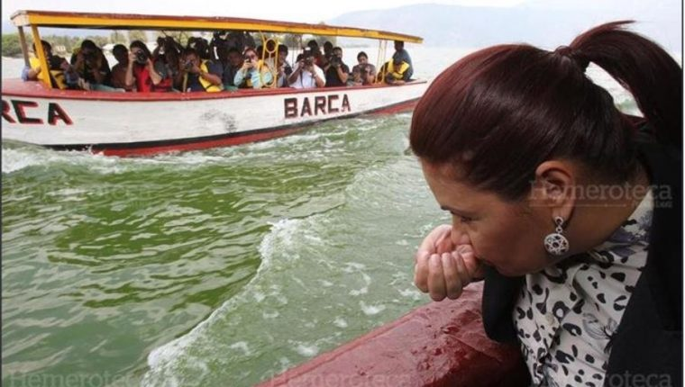 """La exvicepresidenta Roxana Baldetti fue criticada por haber promovido en 2015 la fórmula """"mágica"""" para limpiar el lago de Amatitlán. (Foto Prensa Libre: Hemeroteca)"""